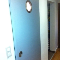 Porte de salle de bain avec hublot inox